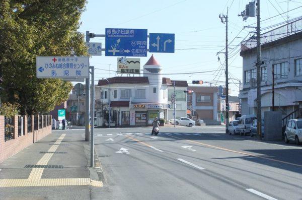 旧日赤前交差点を小松島港方面に進む