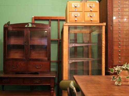 古い戸棚・商品陳列ケース・薬箱など。