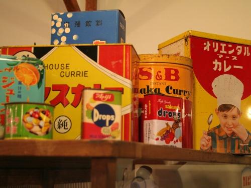 ブリキ製のお菓子箱