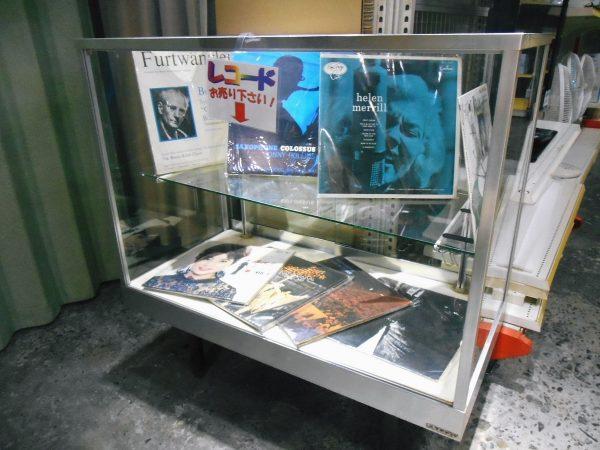 レコード買取用のサンプル陳列棚を設置しました。